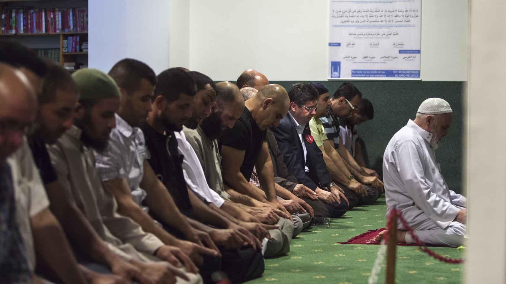 Mohamed Chaib (quinto por la derecha), rezando en la mezquita Omar Ibn El Khatab.
