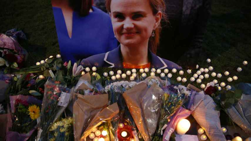 Flores en homenaje a Jo Cox en Londres, en la plaza del Parlamento.