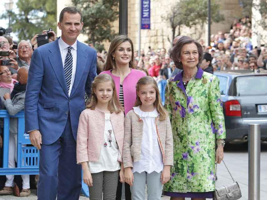 La reina Sofía, junto a los reyes y las infantas durante la misa de Pascua en Palma de Mallorca.