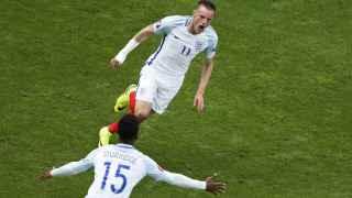 Vardy y Sturridge celebran un gol ante Gales.
