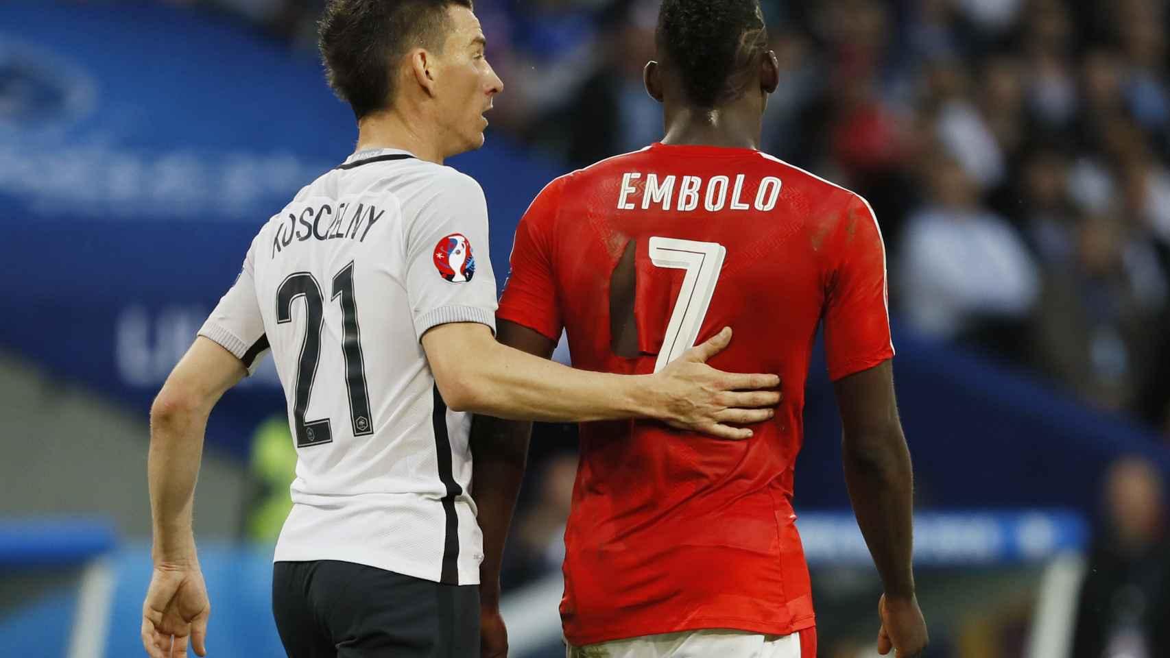 Koscielny y Embolo se saludan en el Francia - Suiza.