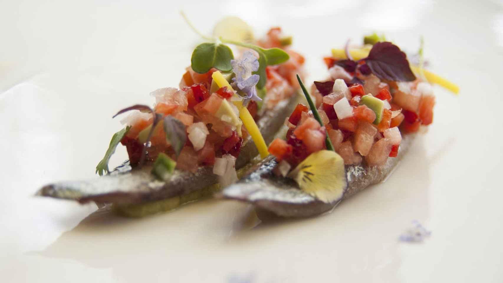 Una tapa de sardinas preparada con un toque de creatividad.