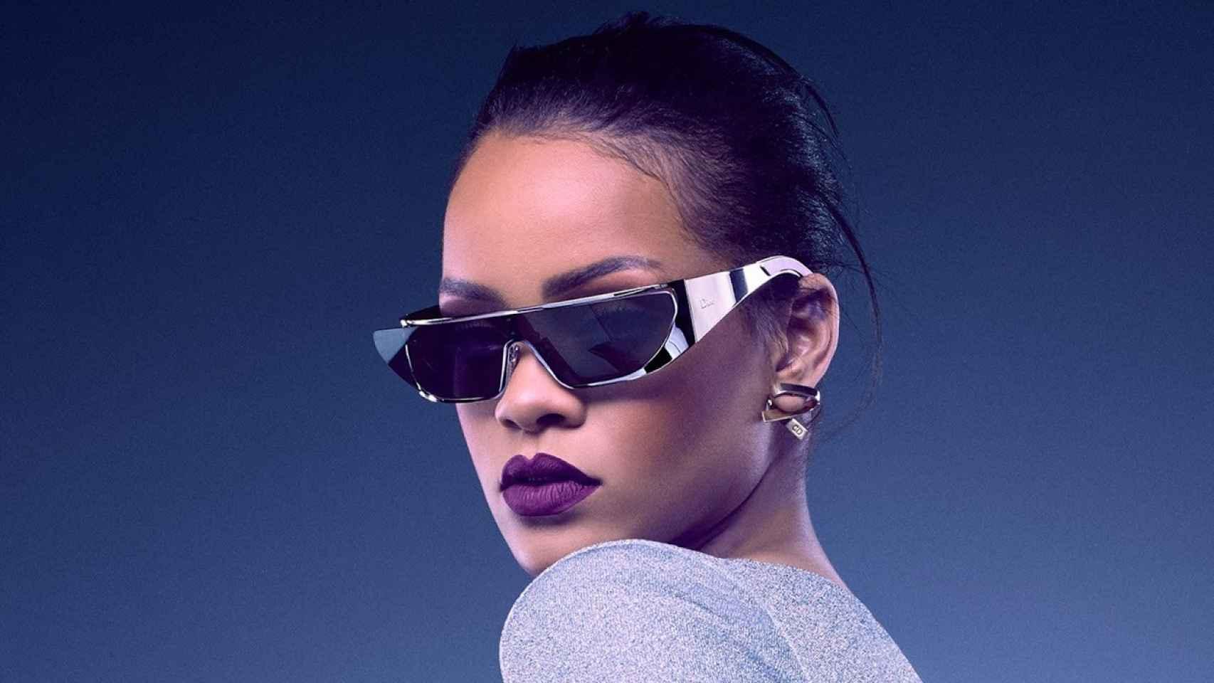 Rihanna colabora con Dior para crear unas gafas de sol.