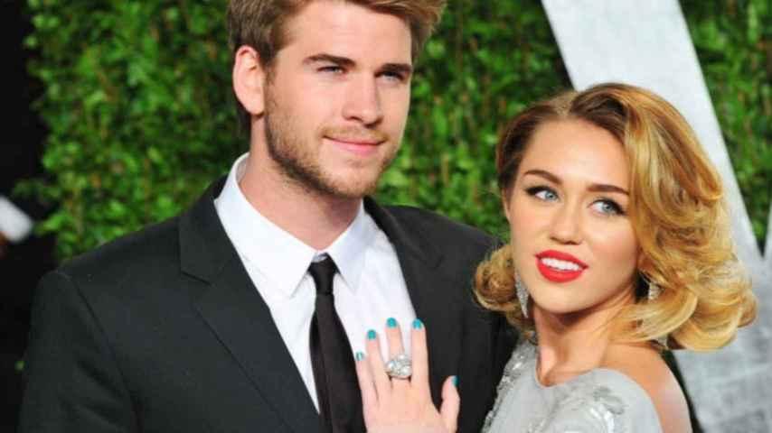 Miley Cyrus y Liam Hemsworth en la fiesta post Oscar de Vanity Fair en 2012