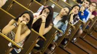 Alumnos en la Universidad de Barcelona antes de comenzar la Selectividad