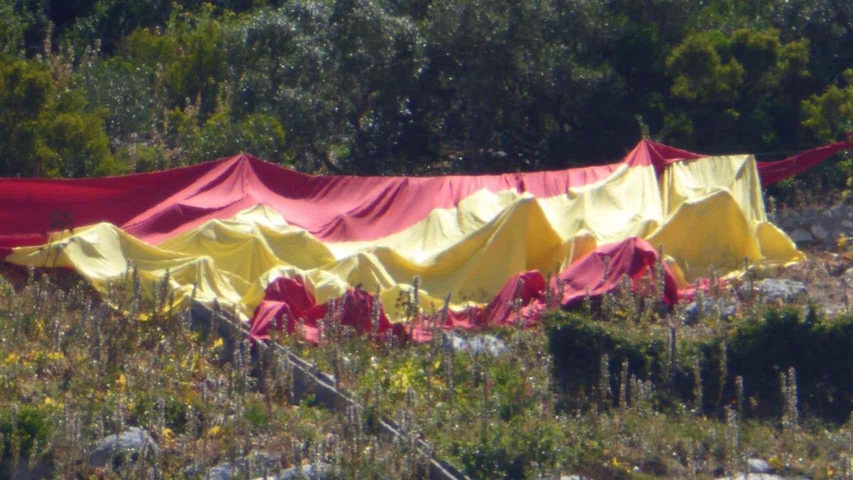 Esta es la bandera que VOX desplegó en el Peñón.