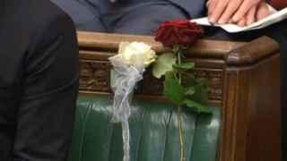 Ofrenda floral en el escaño de la diputada asesinada