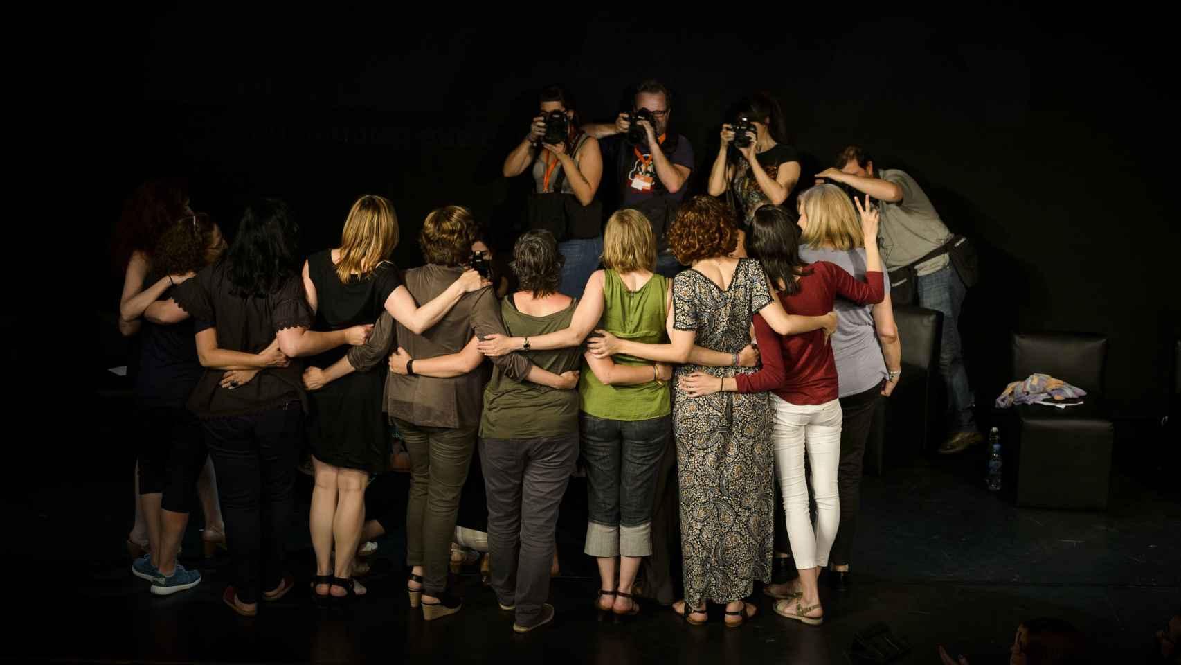 Las participantes en el acto de Unidos Podemos posan para los fotógrafos