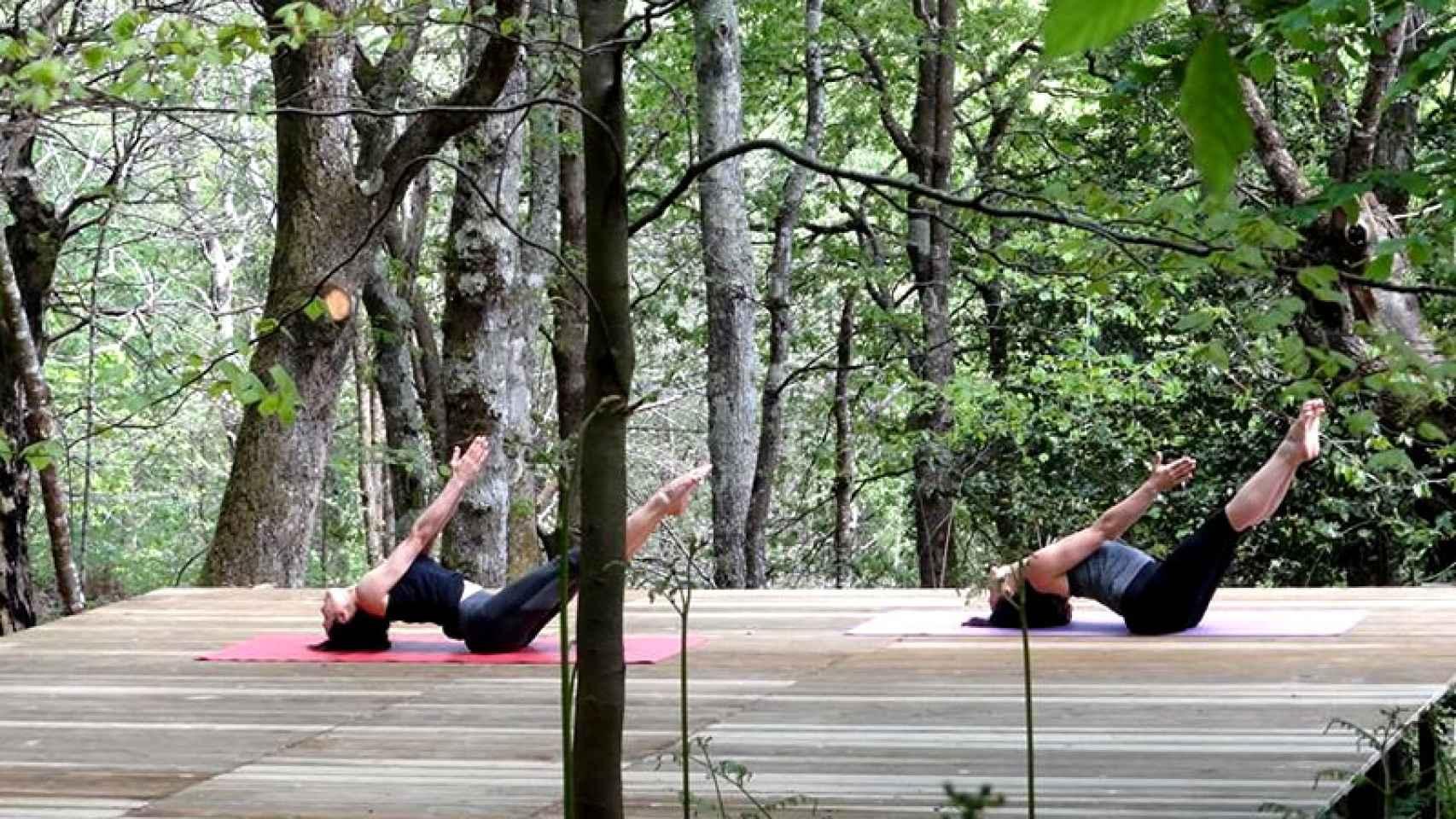 Clientes disfrutando de la naturaleza y el ejercicio en uno de los espacios del hotel.