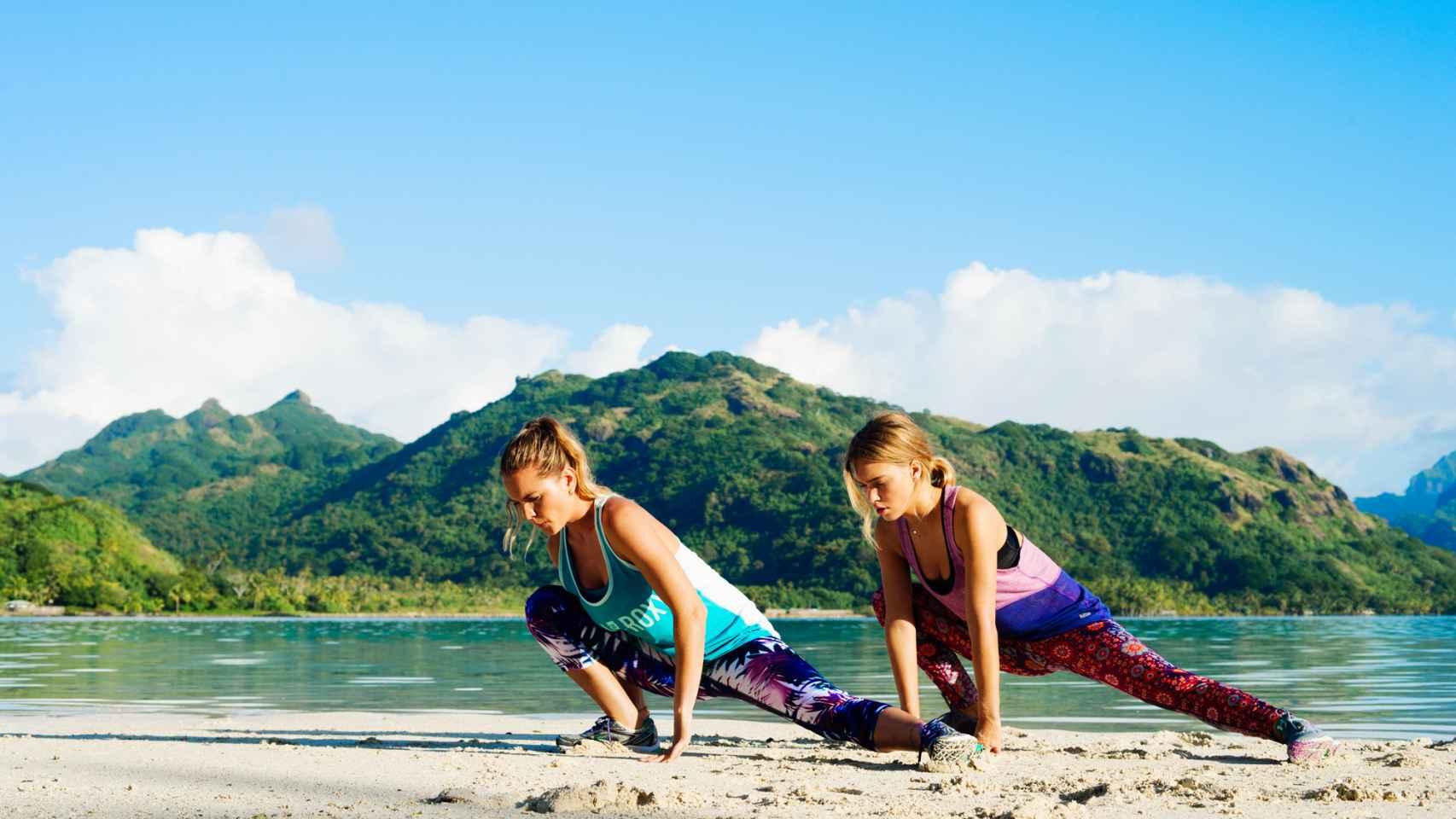 Aprovecha la playa, como estas modelos de Roxy, para hacer ejercicio.