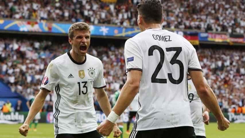 Mario Gómez celebra el gol junto a Thomas Müller.
