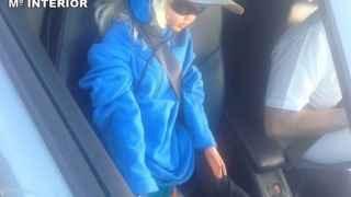 Pillan a un conductor circulando por el bus-VAO con una muñeca como copiloto