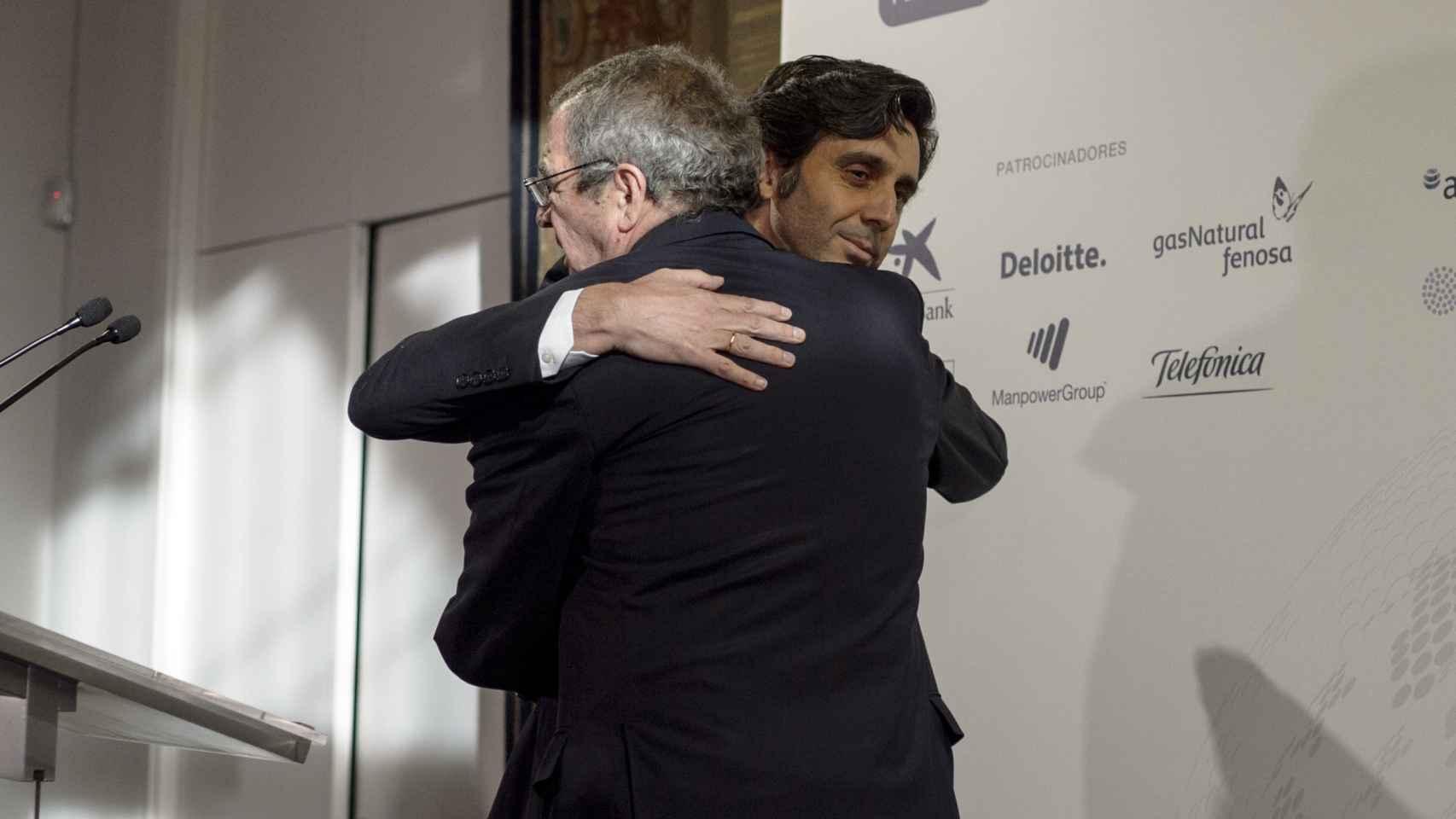 Álvarez-Pallete y César Alierta se saludan en el acto de anoche en el congreso de directivos.
