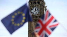La bandera británica y de la Unión Europea ante el Big Ben