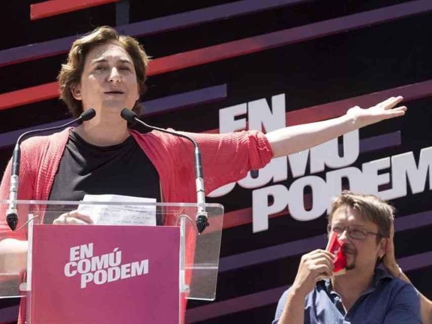 Ada Colau y Xavier Domenech, en un mitin celebrado en Badalona.