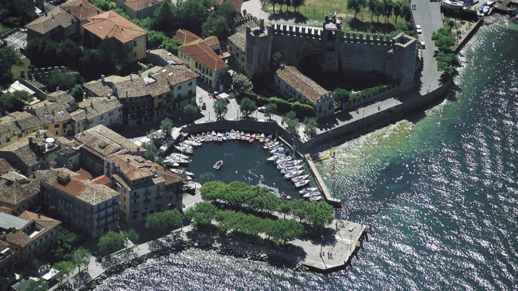 Foto aérea de Torri, una de las localidades a pie del lago.