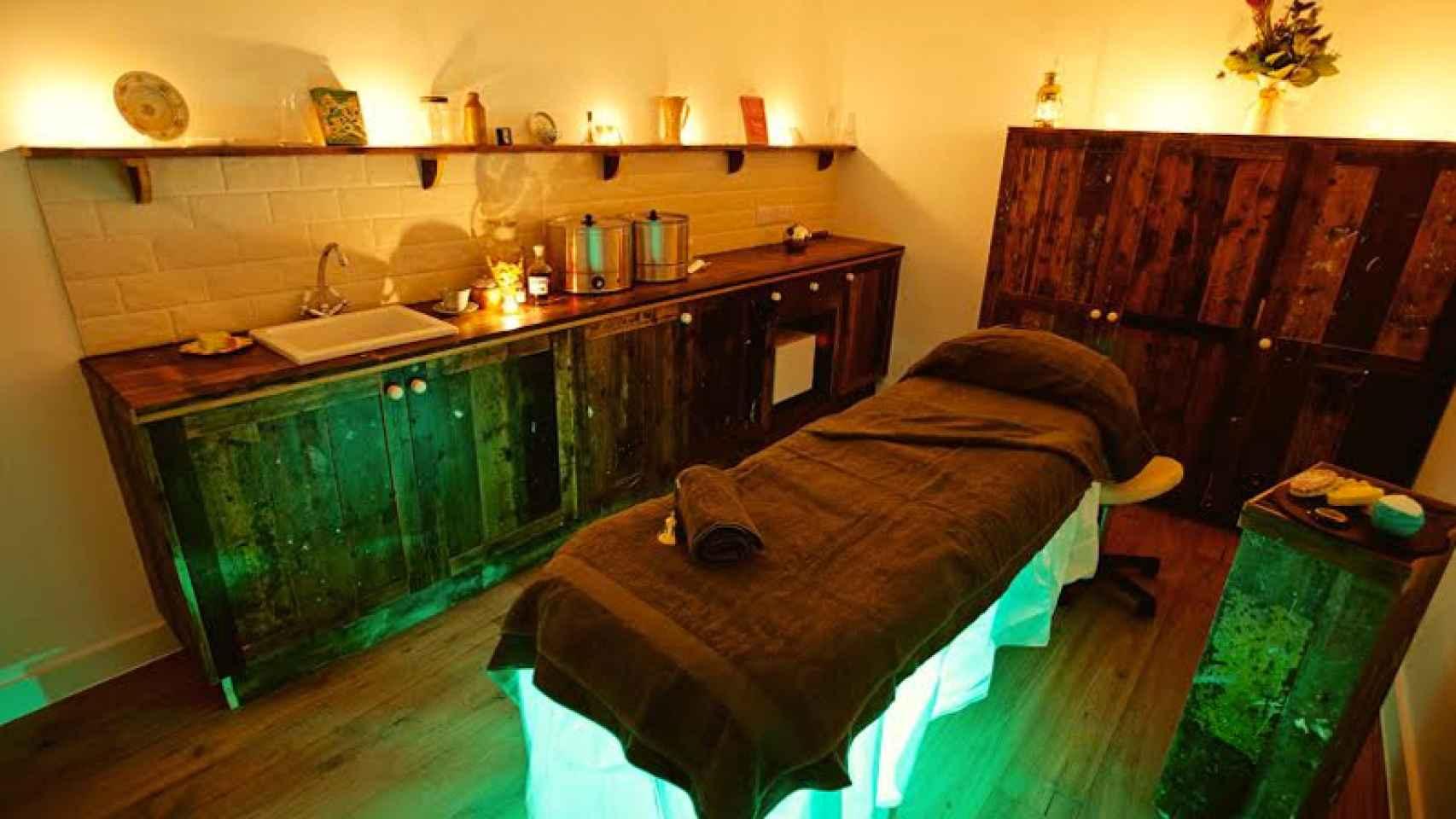 Zona de masajes con decoración de inspiración inglesa.
