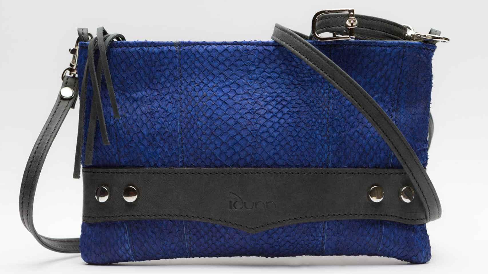 Bolso de piel de perca con tinte de color azul Klein.