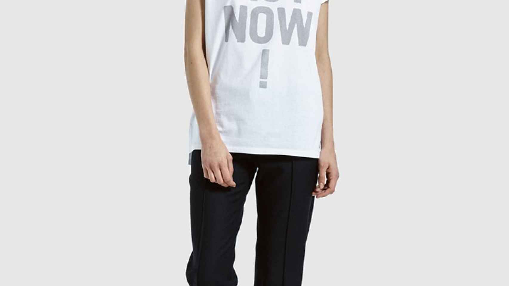 Modelo posando con una camiseta reivindicativa de Ecoalf.