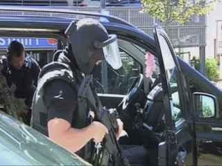 Efectivos policiales cerca del cine donde se ha producido el suceso