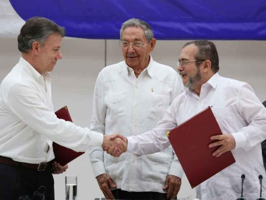 El presidente Santos y el lider de las FARC, Rodrigo Londono.