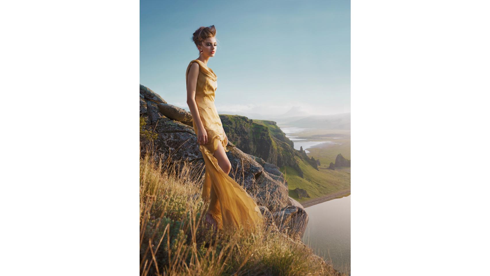 Este verano no puede faltar en tu armario una prenda amarilla. El color de la luz favorece en todas sus versiones.