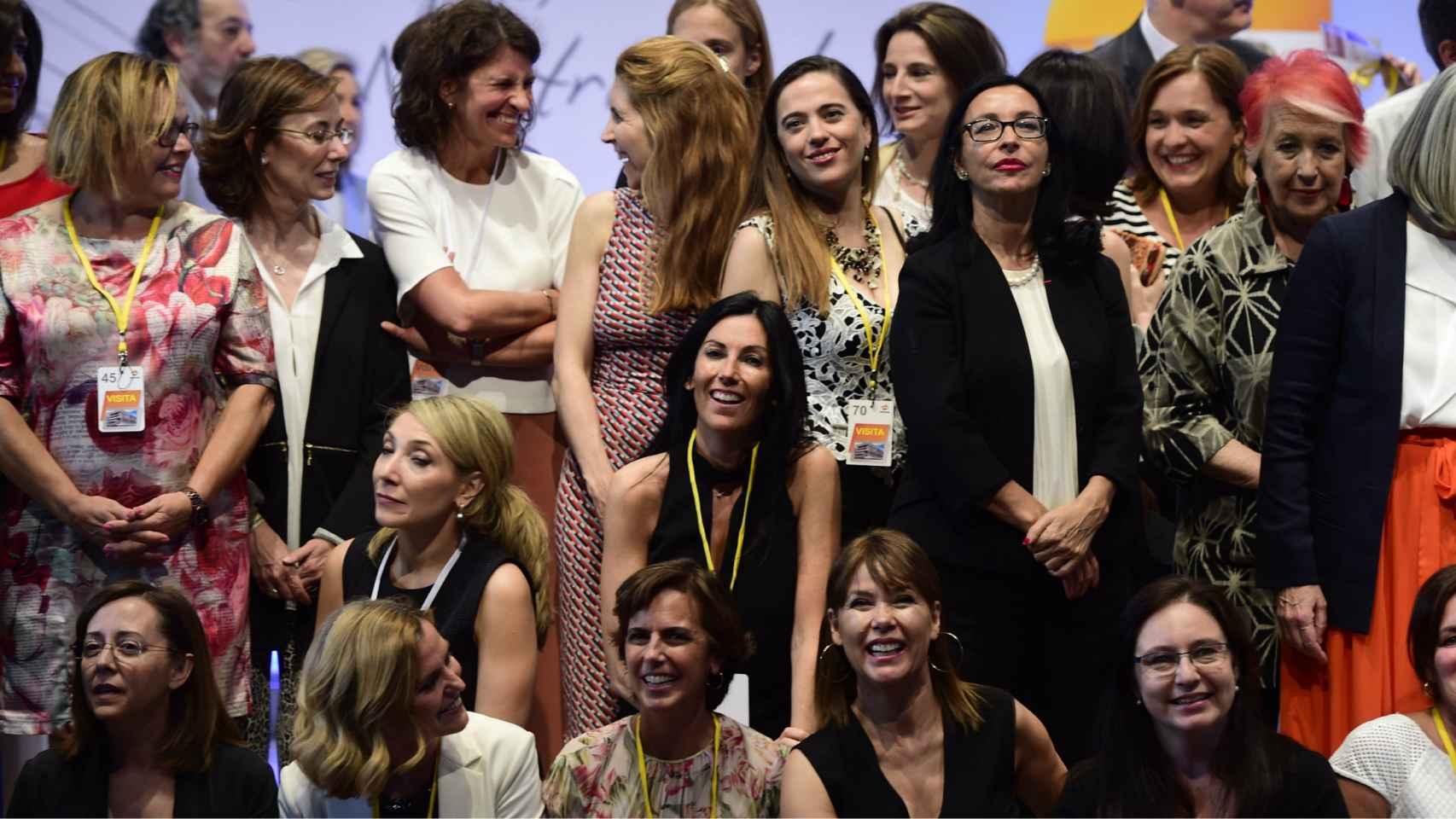 En el centro de la imagen, la consejera delegada de EL ESPAÑOL, Eva Fernández.
