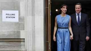 Cameron ha acudido a votar en el centro de Londres junto a su esposa Samantha.