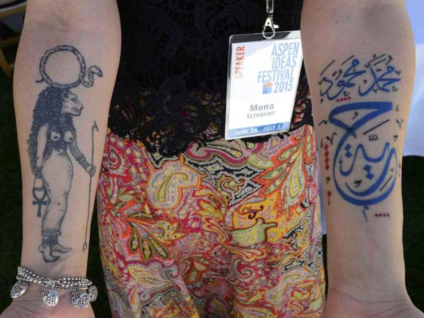 Eltahawy con sus dos tatuajes:  a la izquierda de la imagen; Sekhmet, diosa egipcia de la venganza y el sexo. A la derecha: otro tatuaje con la palabra libertad y el nombre de la calle Mohammed Mahmoud.