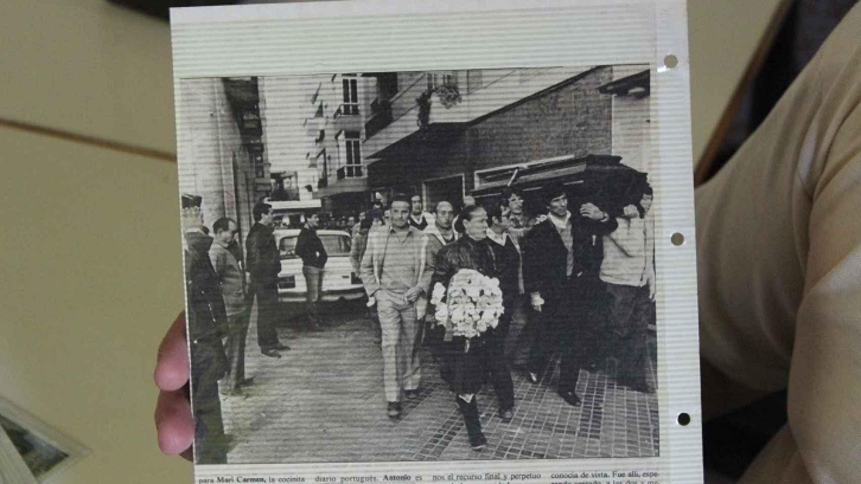 María la Portuguesa, liderando el cortejo fúnebre de su amado, con una corona de flores.