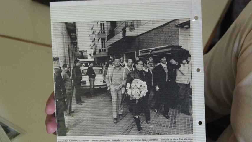 María la Portuguesa, liderando el cortejo fúnebre, con una corona de flores.