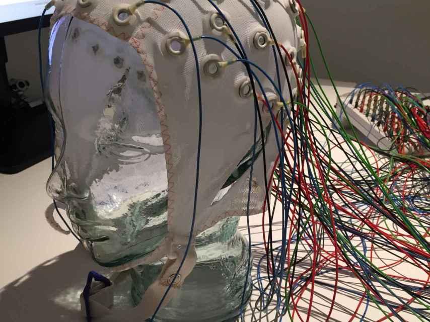 El casco de electrodos.