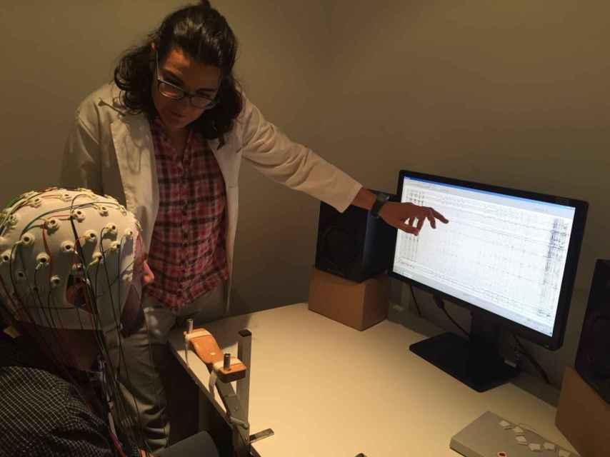 La doctora Laura Jiménez explica el funcionamiento del EEG.