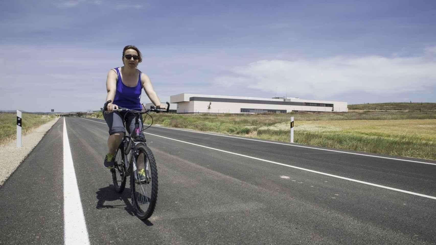 Gema Rodrigo con su bicicleta en Villar de Cañas.