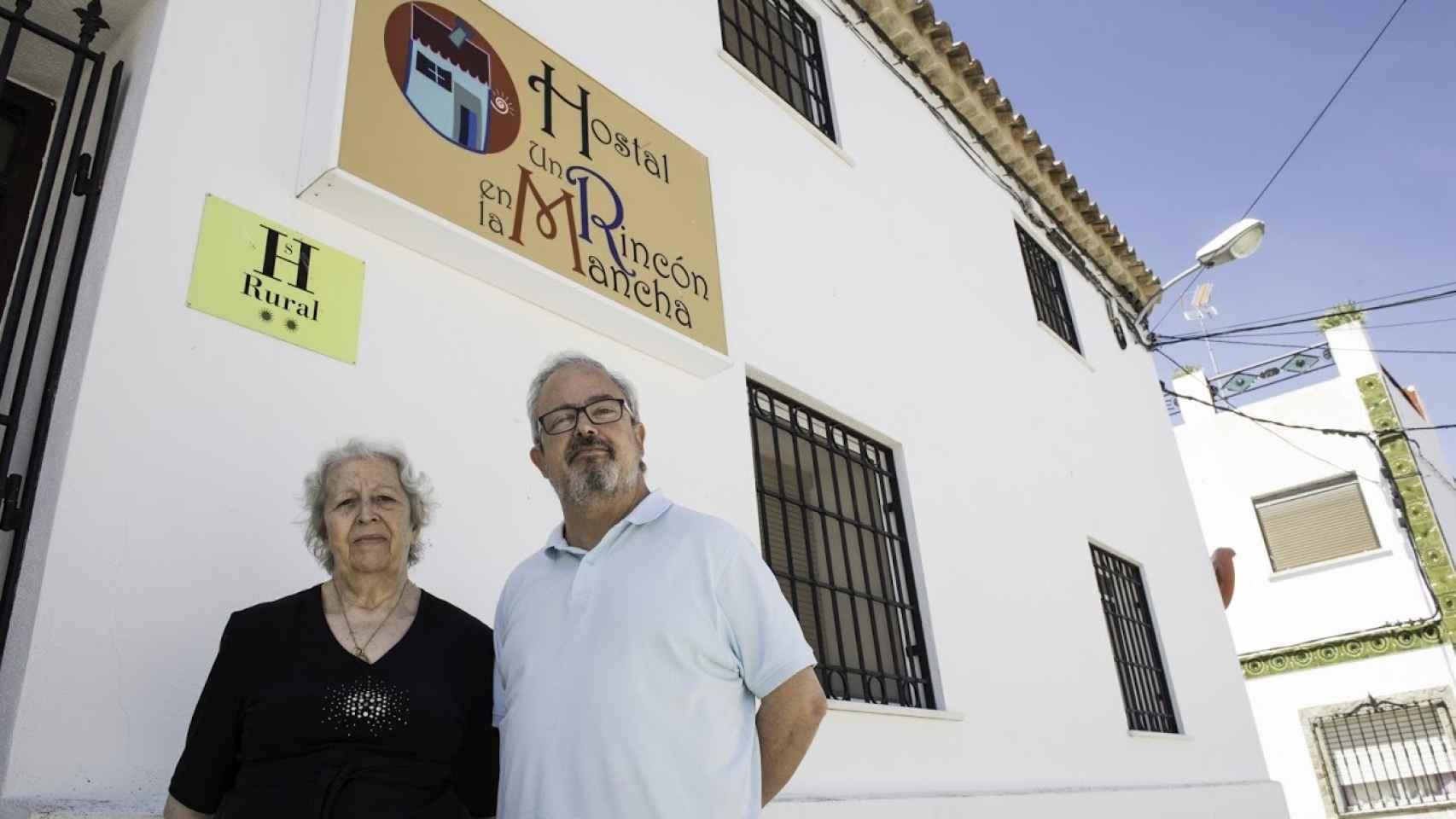 Amparo Cerdán y su hijo Luis Bilbao, junto a su hostal.