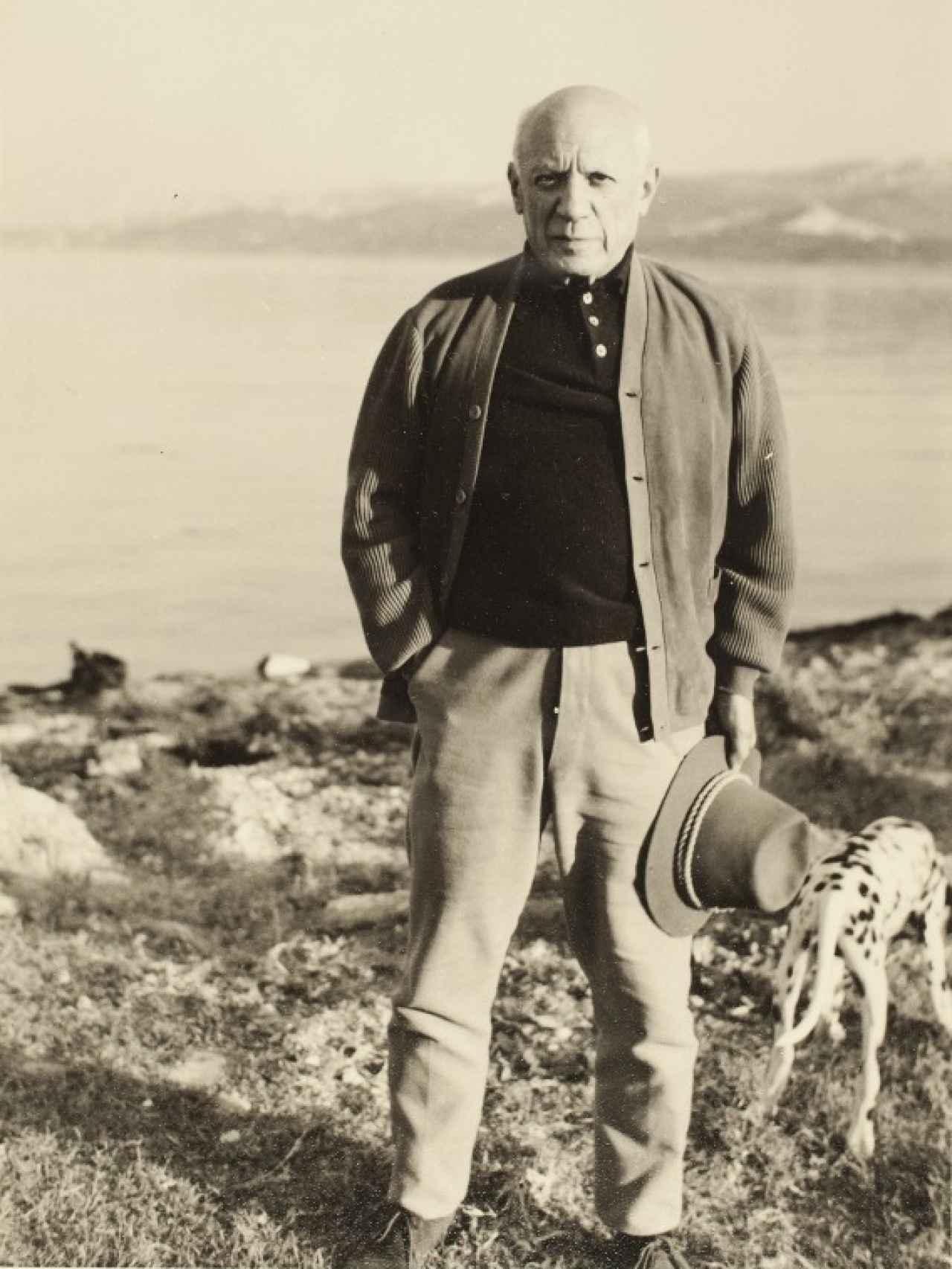 Picasso con perro, en 1955.