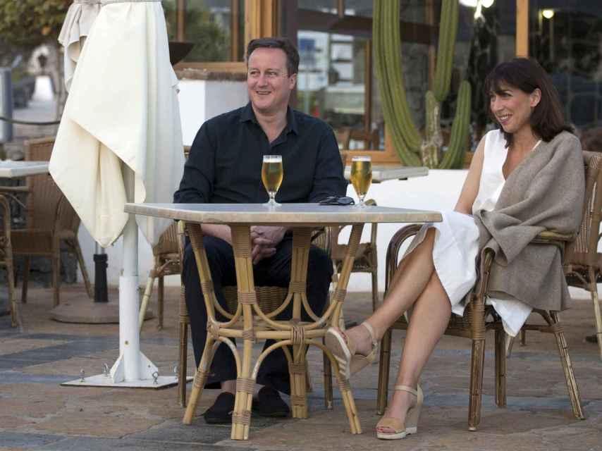 David Cameron y su mujer Samantha disfrutando en una terraza de Lanzarote