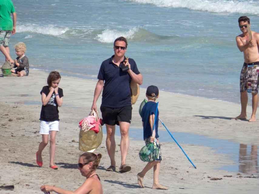 David Cameron con sus hijos en las playas de Ibiza