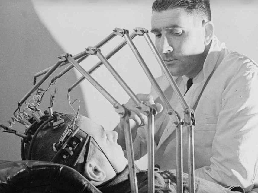 Un médico mide las ondas cerebrales de un soldado herido en el hospital de Sutton.
