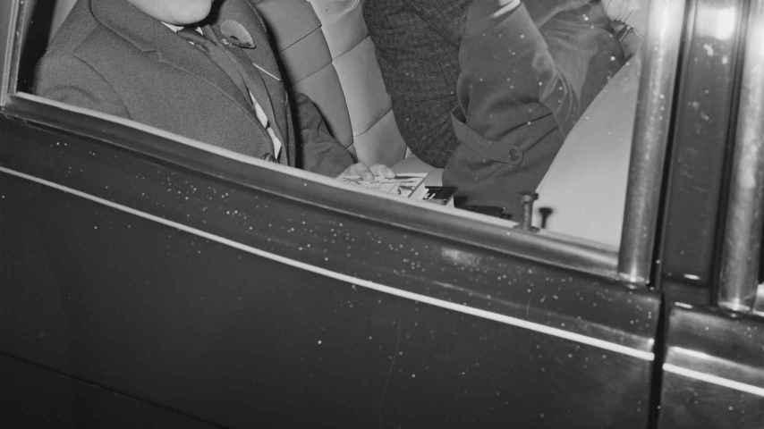 El príncipe Andrés de Inglaterra, de niño en un coche.