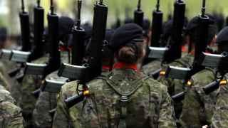Un mando militar irá a la cárcel por espiar los mails de un sargento a causa de una mujer