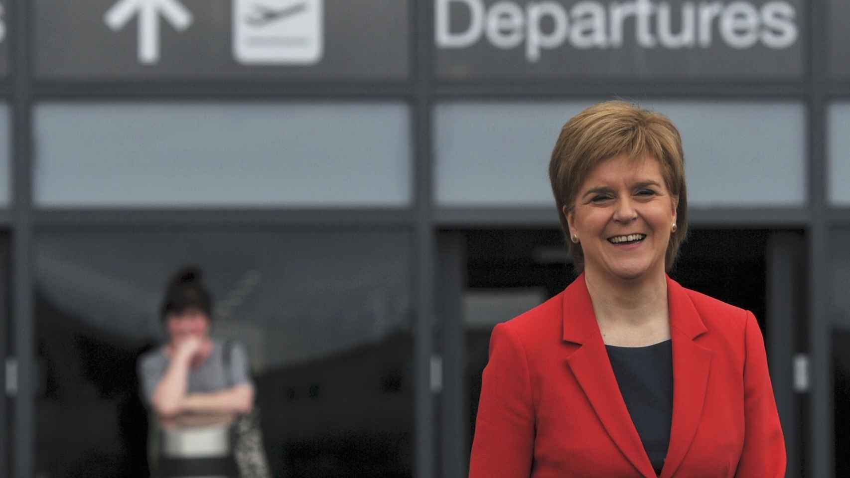 La primera ministro de Escocia, Nicola Sturgeon, en el aeropuerto de Edimburgo.