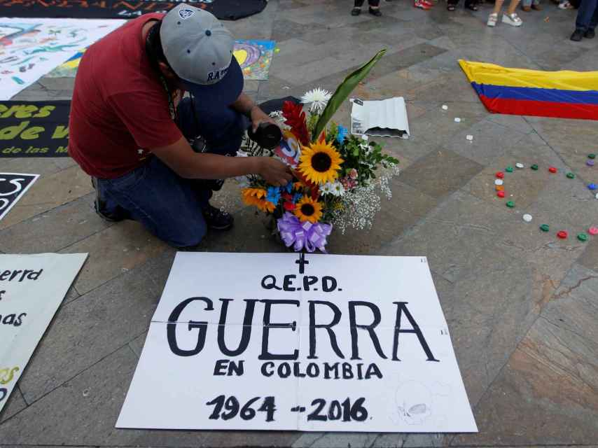 Un joven celebra el final del conflicto armado en Colombia.