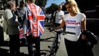 Una partidaria de la Unión Europea se cruza con un detractado delante de la casa del primer ministro.