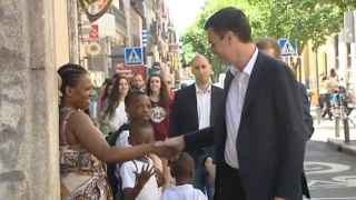 Captura del momento en el que Philo saluda a Pedro Sánchez en la calle Hortaleza de Madrid.