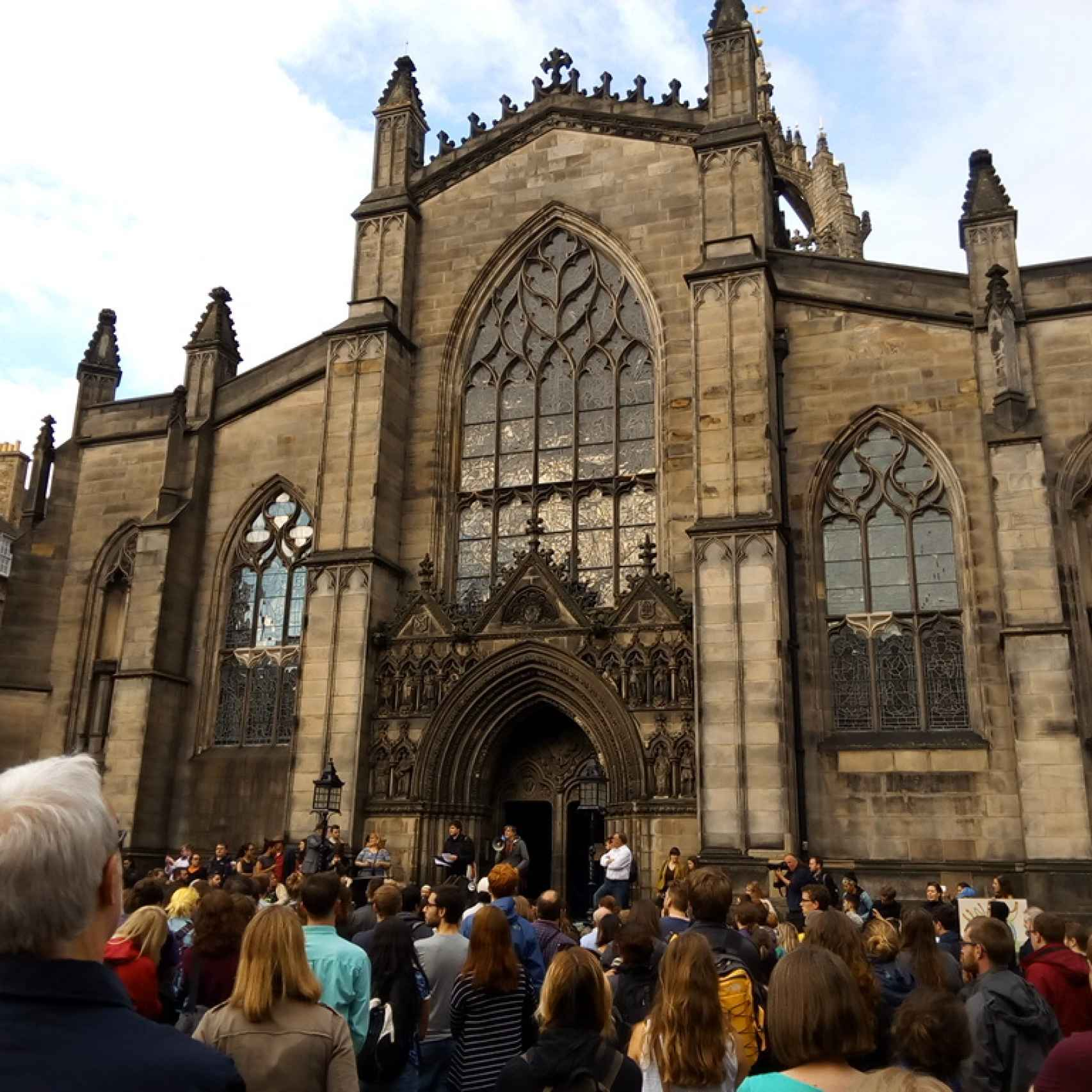 Concentración frente a la catedral Saint Giles de Edimburgo.