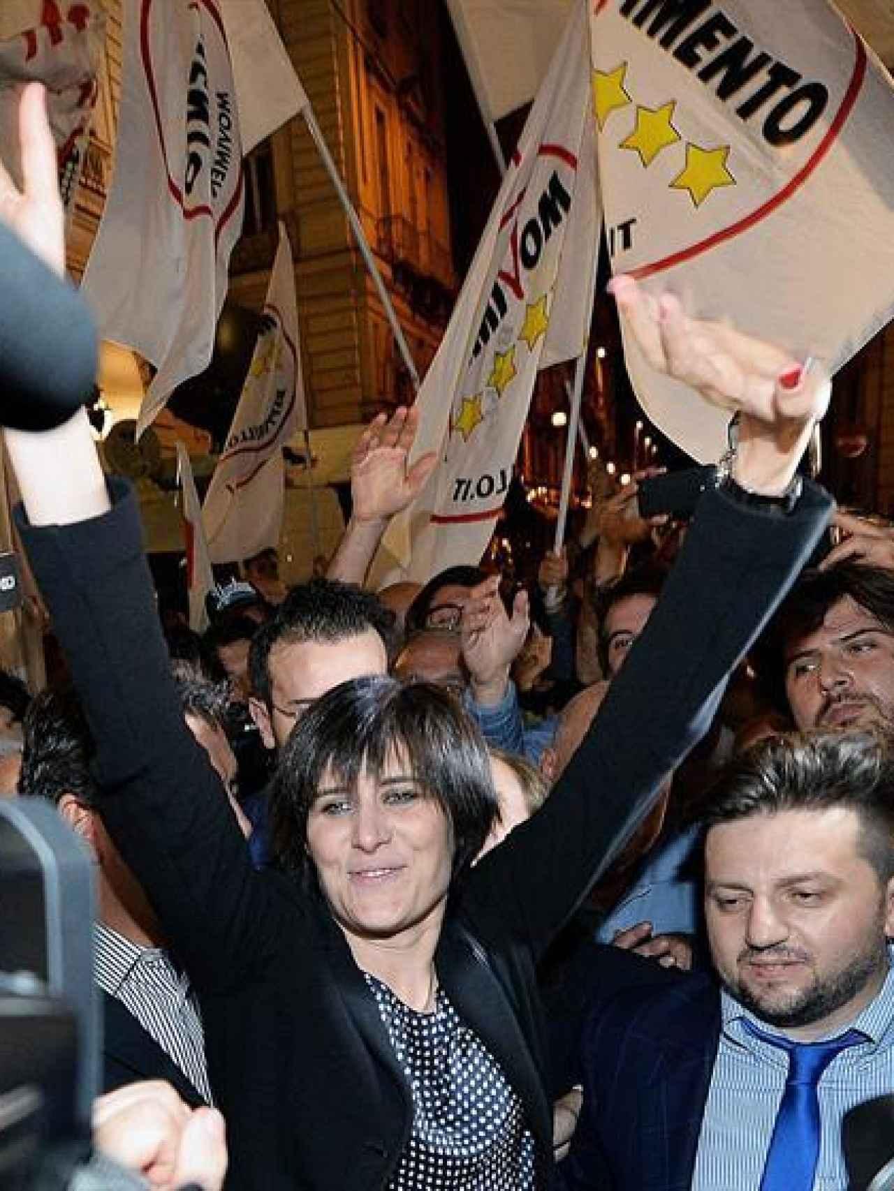 Chiara Appendino celebra su victoria en Turín