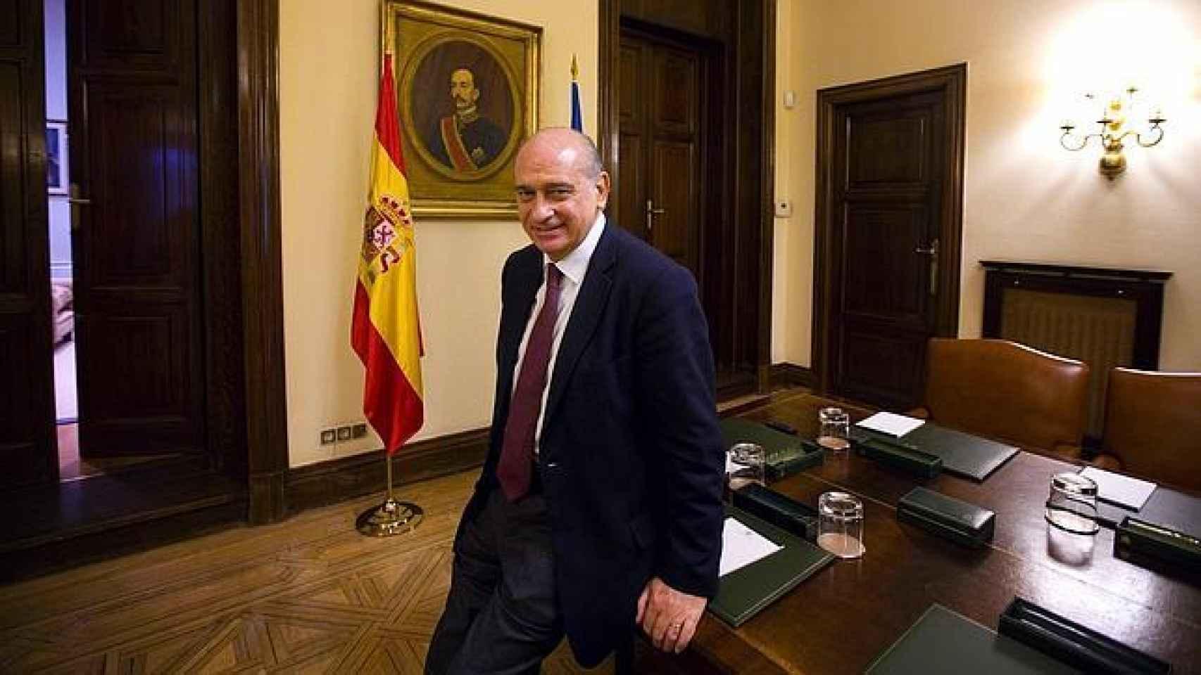 Jorge Fernández Díaz en su despacho. Al fondo, un retrato de Eduardo Dato, ministro de la Gobernación durante la regencia de María Cristina.