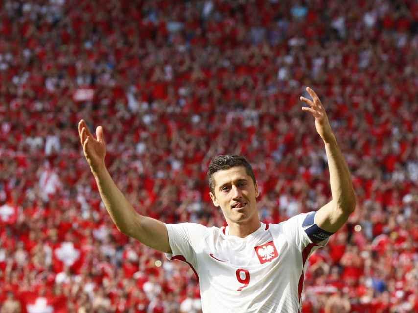 Robert Lewandowski celebra la victoria de Polonia.
