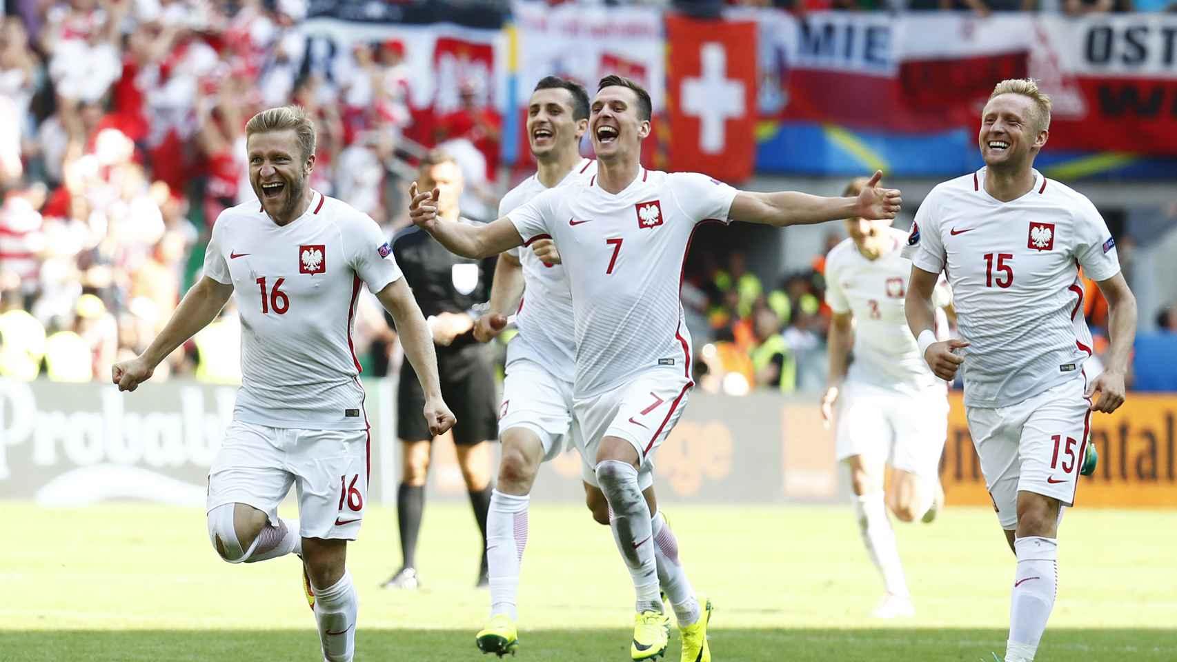Los polacos celebran la clasificación para cuartos de la Eurocopa.